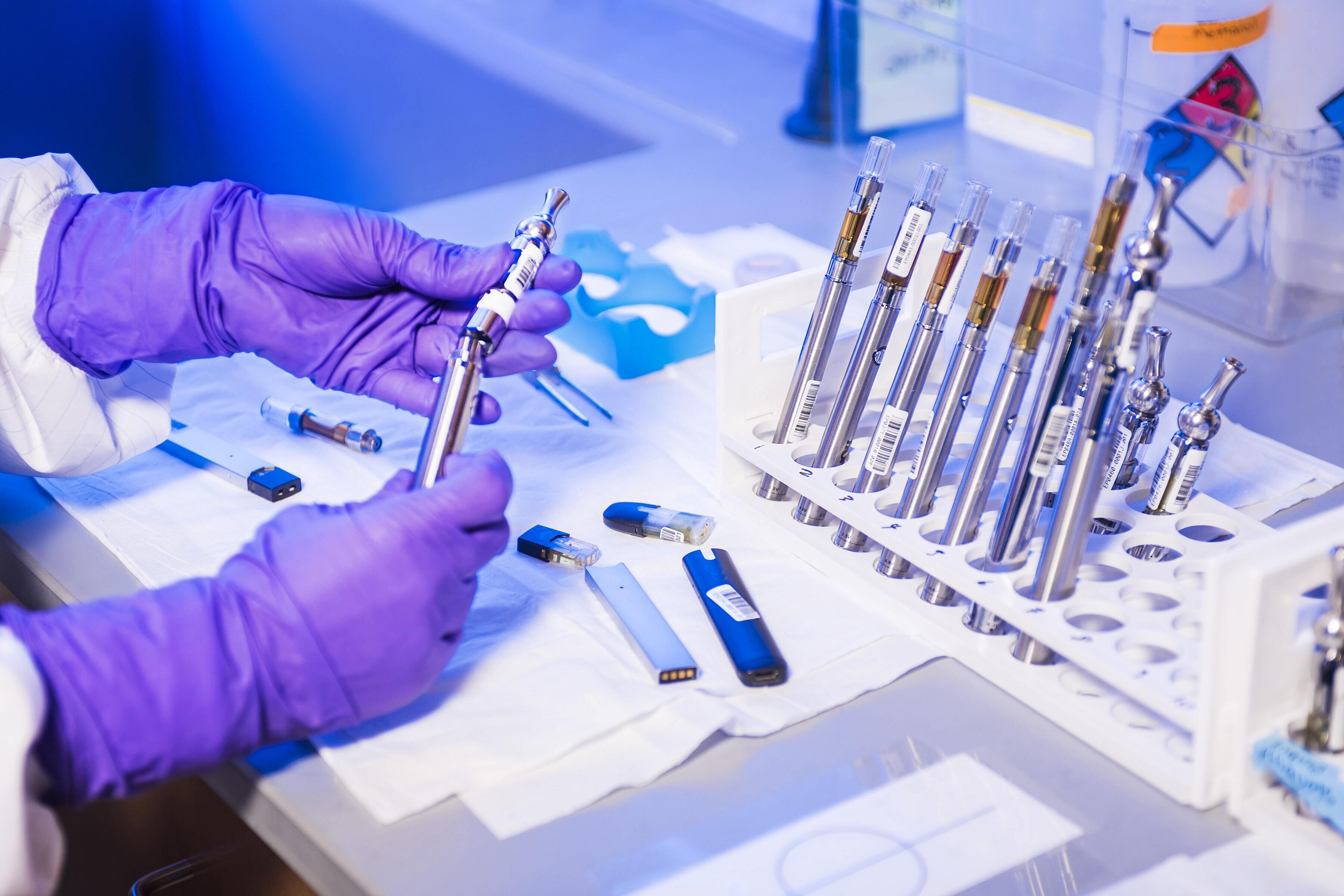 Врач рассказал, в чем опасность быстрого внедрения вакцины от коронавируса